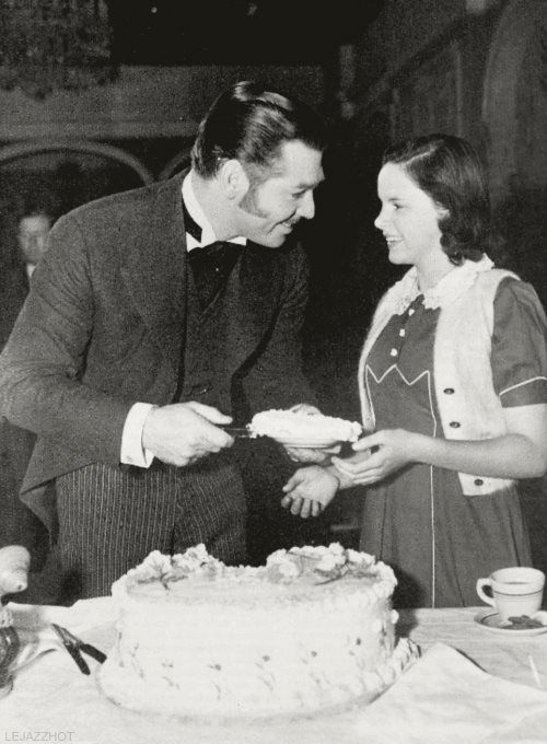 Clark Gable con Judy Garland alla festa per il suo 36° compleanno, 1937