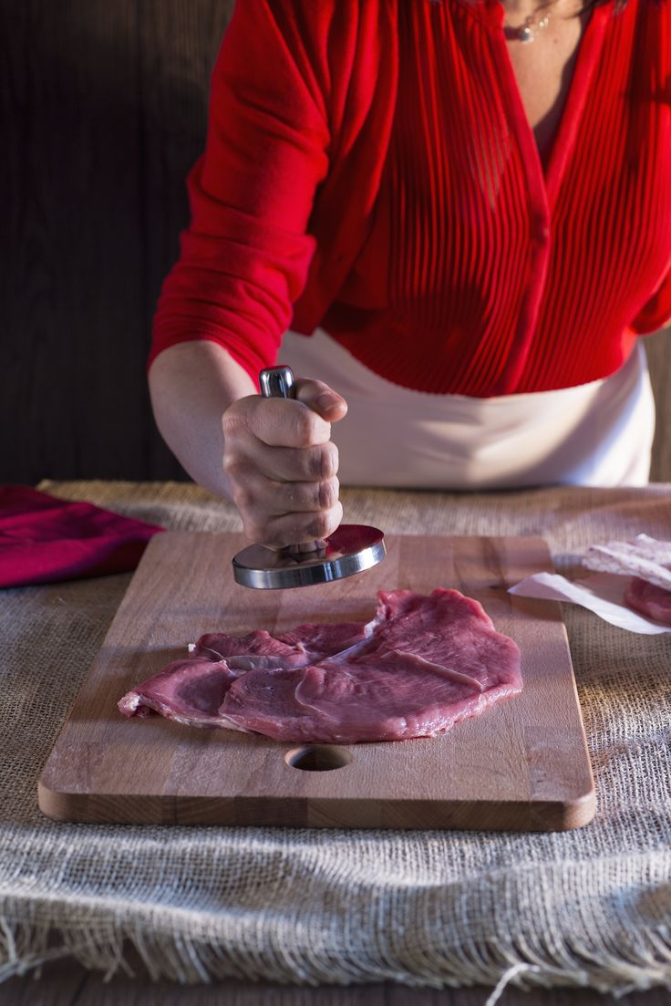 Come souvenir del mio viaggio a #Vienna ho portato la ricetta della #cotoletta alla #viennese!  Si può preparare con la carne di vitello o con quella di maiale, io ho scelto la prima. Per batterla al meglio senza creare una poltiglia, basta solo assicurarsi che la fetta di carne sia umida e non troppo asciutta.