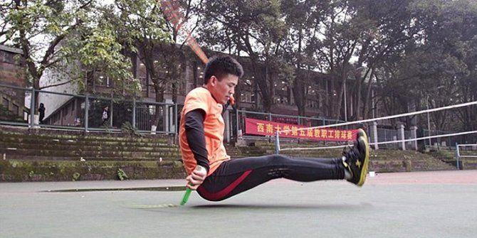 Siswa China sekaligus atlet senam bernama Yi Zhihua, 20 tahun, sangat mahir bermain skipping atau lompat tali. Tapi tidak seperti para pelompat tali yang beraksi sambil berdiri dan melompat, Yi melakukan skipping itu dengan bokongnya. Dia duduk di lantai lalu meluruskan kedua kakinya ke depan dan mulai melompat dengan bokongnya sambil tangan kanannya memutar tali melintasi bagian bawah pantatnya berulang-ulang.