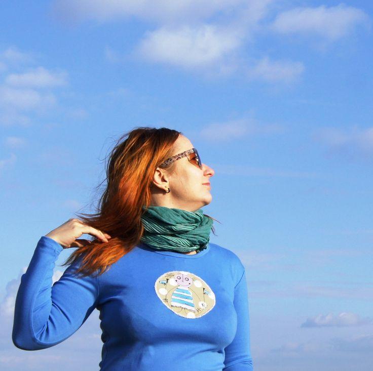 """Modré+triko+s+textilní+aplikací+s+holkou+-+kvalitní+triko+-+100%+bavlna+-+středně+modré+-+dostatečně+dlouhé,+žensky+projmutý+střih,+dlouhýrukáv+-+růčo+malovaná+a+růčo+našitá+nášivka,+která+je+pouze+obentlovaná,+lehce+""""hala+bala""""+styl+je+záměrem+:)+-+ihned+dostupné+ve+vel.+L+(Š.43+CM,+D.+58+CM)+-+návod+na+údržbu+bude+přiložen+-+pouze+jeden+kus"""
