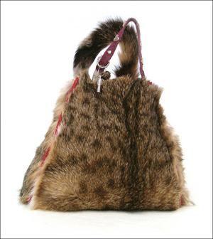 De kattenhandtas van Tinkebell. maatschappelijk probleem; waarom mag je van je eigen kat geen tas maken en wel een koeienleren tas kopen?