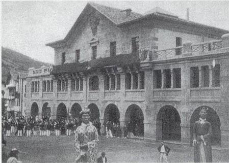 Leitzako plazan aizkoran 1917ko abuztuaren 13an (pesta hirugarrena). Eta egun berean Andoango musikeroak eguerdian, udal berria inaguratu ondoren.