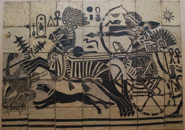 http://www.zs28plzen.cz/kronika/skolni-akce/egyptske-umeni-nas-inspirovalo.aspx-Egyptské umění nás inspirovalo  Egyptské umění inspirovalo žáky k vytvoření sgrafita o rozměrech 2,2 x 1,50 m. Dílo je tvořeno z 35 čtvercových desek. Na práci se podíleli převážně žáci ze sedmého a osmého ročníku. Námětem sgrafita je egyptský faraon ve válečném tažení. Původní kresbu jsme zvětšili na požadovanou velikost a rozstříhali na čtverce, podle kterých jsme potom tvořili sgrafito. Práce trvala žákům asi…