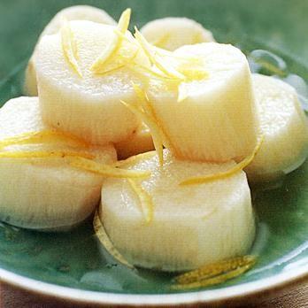 うす味のだし汁で上品に仕上げた煮もの「長いもの白煮」のレシピです。プロの料理家・葛西麗子さんによる、長いも、ゆずの皮のせん切りなどを使った、81Kcalの料理レシピです。