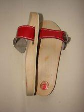 houten slippers, daarbij moest je goed uitkijken niet uit te glijden!