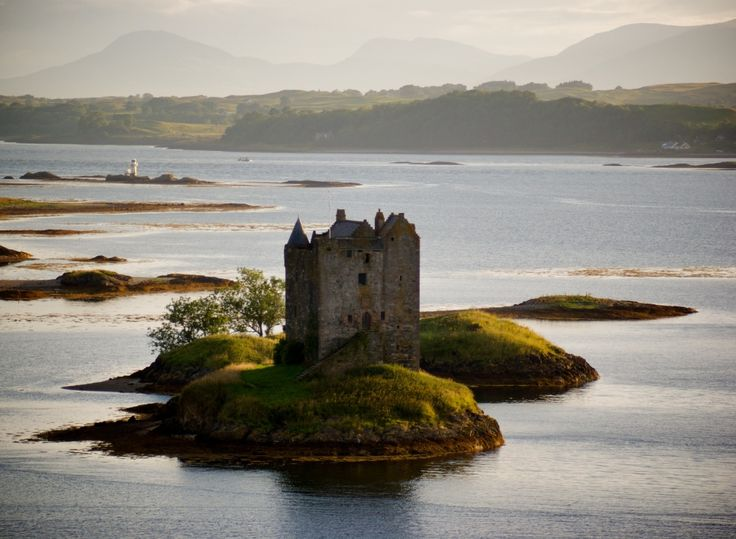 """CASTELO Stalcaire Terras Baixas, Escócia - Século XIV. O nome do castelo (Stalker) deriva da palavra escocesa """"Stalcaire"""", que significa """"caçador"""" or """"falcoeiro"""". Essa palavra gaélica teria uma pronúncia similar à palavra inglesa """"stocker""""."""