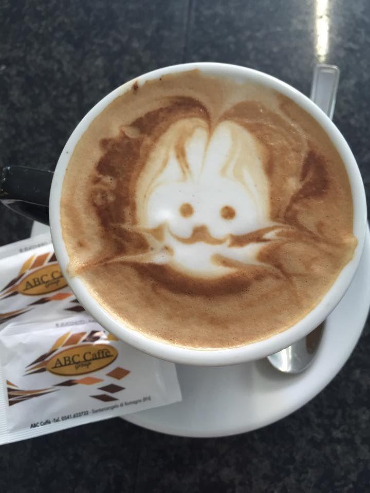 Latteart. Cappuccino ed espresso. Il coniglietto nel caffè ABCcaffè. Il conigliocappuccio. www.abccaffe.com