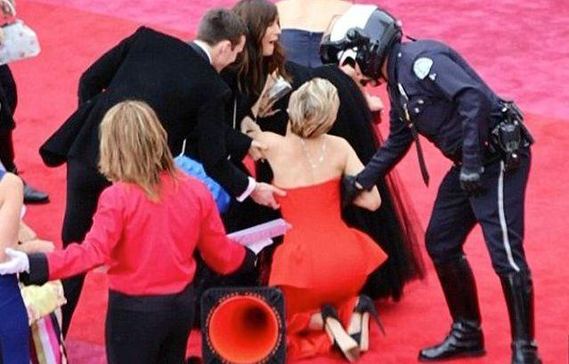 Η Jennifer Lawrence πέφτει στα Oscar...ξανά