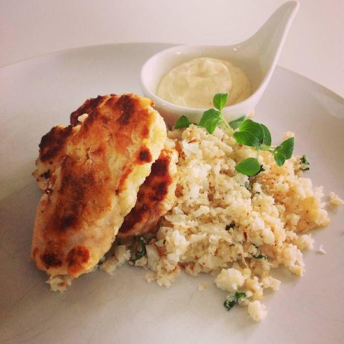 Kycklingnuggets, stekt blomkålsris och mango/curry dip