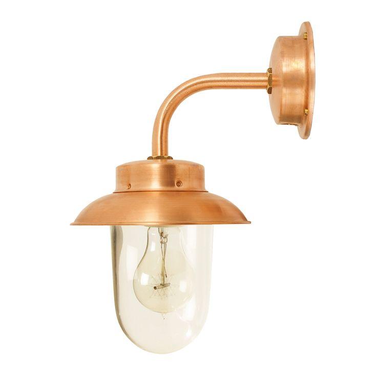 Stallampa av kopparplåt med klart stallglas. E27-sockel, 75W, IP23. Bygger 230 mm ut från vägg. Skärmdiameter 175 mm.