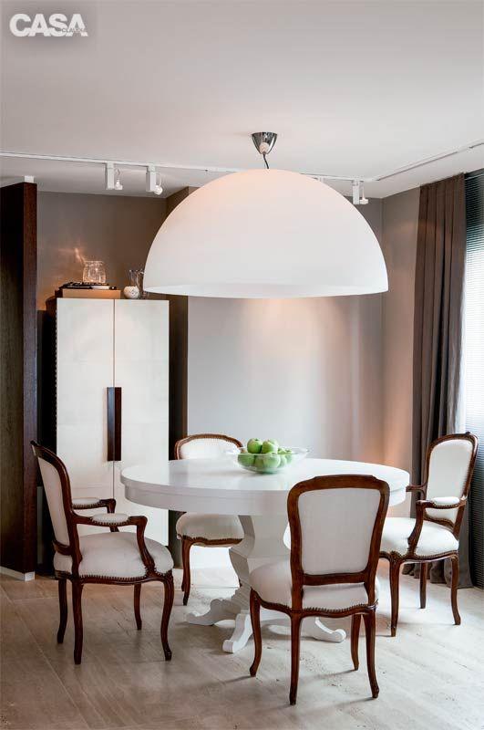 """Móveis clássicos: na sala de jantar, Negrete investiu nas cadeiras Luís XVI. """"Em lojas de usados, você pode encontrar itens desse tipo com valores amigáveis"""", diz. As peças não são todas iguais, mas ganharam unidade ao receber a mesma seda creme nos estofados."""