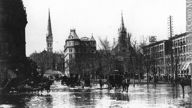 Le square Victoria est inondé. Des chevaux tentent de traverser.