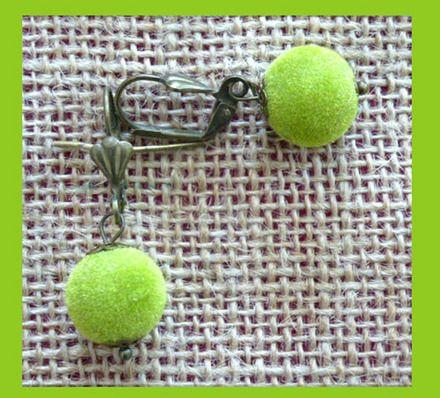 Très jolies boucles d'oreille boule de velours vert anis...  Un petit côté rétro.... Boules de velours couleur vert anis entre 2 coupelles couleur bronze.  Diamètre 10mm  - 9087043
