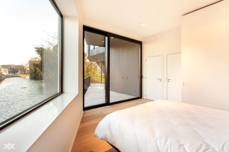 Op het gelijkvloers bevindt zich de tweede suite van waaruit het tweede terras met uniek waterzicht bereikbaar is. De bijhorende badkamer is ingericht met dubbele lavabo, toilet en inloopdouche.