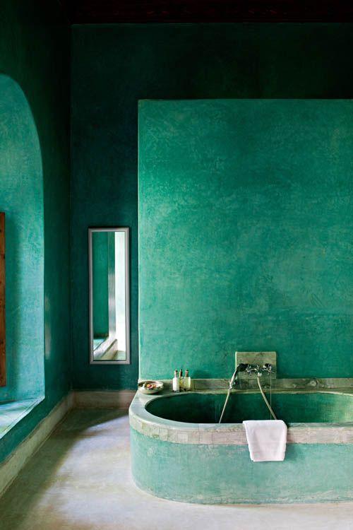 Wie wil er nou niet zo'n badkamer? Deze is van het hotel El Fenn in Marrakech, maar een goede vakman kan zoiets ook bij jou realiseren.