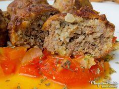 Almôndega de carne com arroz, perfeito para um almoço durante a semana. Clique na imagem para ver a receita no Manga com Pimenta.