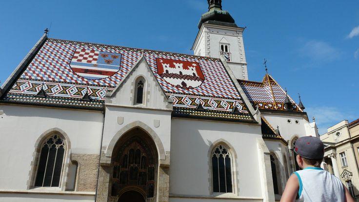 Główną atrakcję Górnego Miasta stanowi niewielki prostokątny Trg sv. Marka i znajdujący się tam kościół świętego Marka, którego dachówki układają się w kolorowy herb Chorwacji. #zagrzeb #chorwacja #zagreb #croatia http://www.chorwacja24.info/centralna-chorwacja/zagrzeb