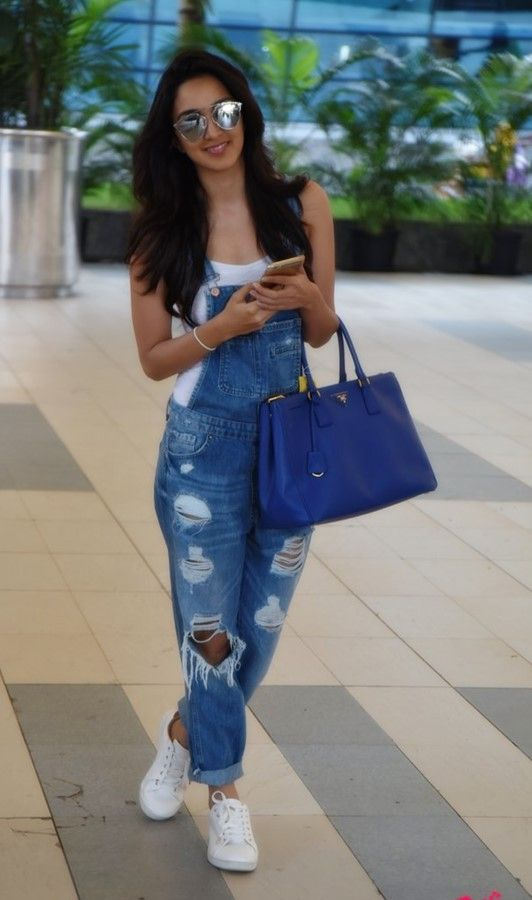 Bollywood-actress-Kiara-advani-jeans