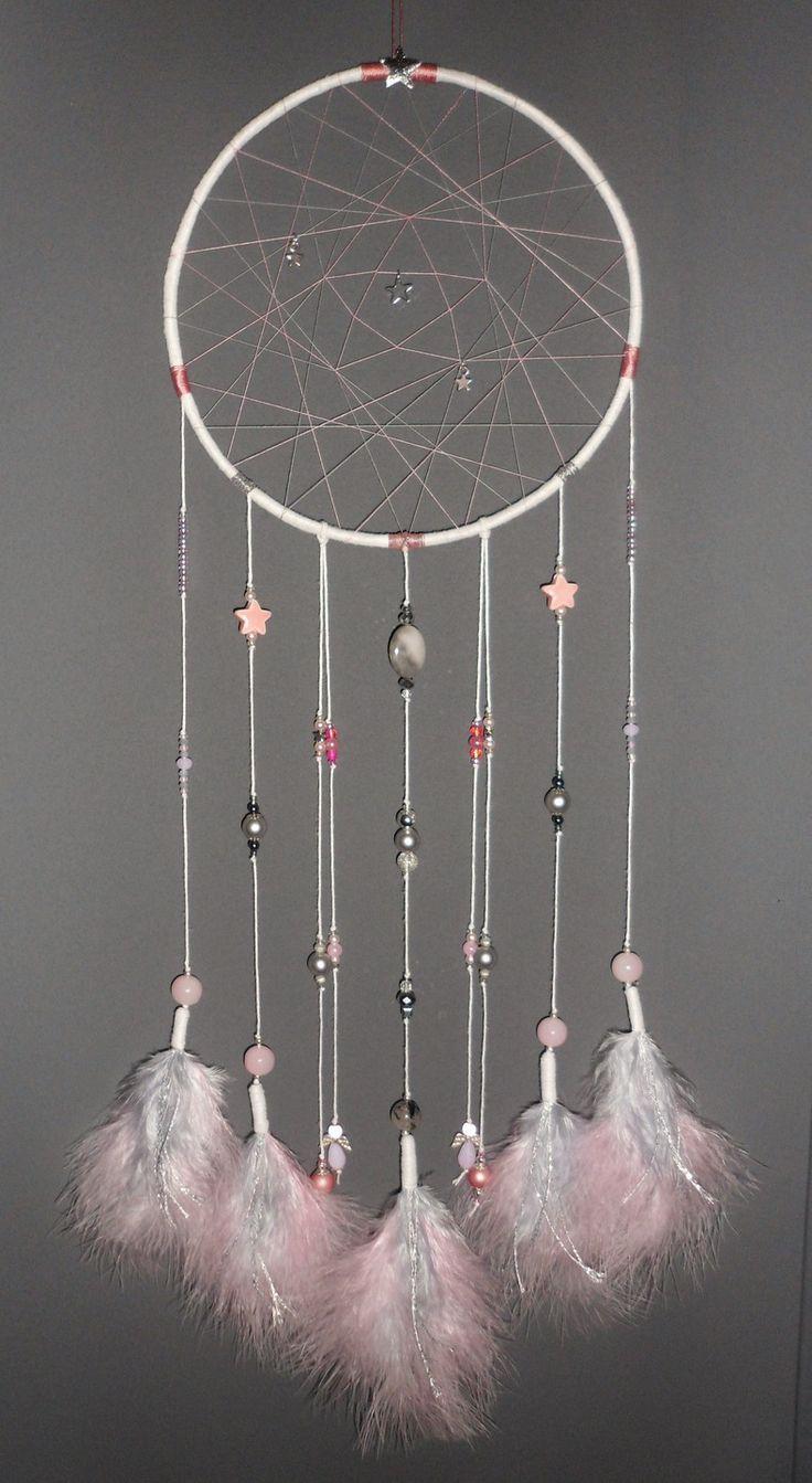 Attrape-rêves rose et gris, thème étoiles, dreamcatcher, bijou d'intérieur, plumes, perles et ficelle