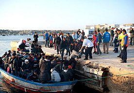 15-Oct-2013 12:27 - ITALIË REDT HONDERDEN VLUCHTELINGEN OP ZEE. De Italiaanse marine en kustwacht hebben in de nacht van maandag op dinsdag ongeveer vierhonderd vluchtelingen gered die met meerdere schepen op zee in moeilijkheden waren gekomen.