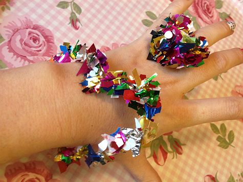 Ridiculously easy friendship bracelets made from hot glue and confetti for valentines day. Instructions in swedish. Google translate is your friend!