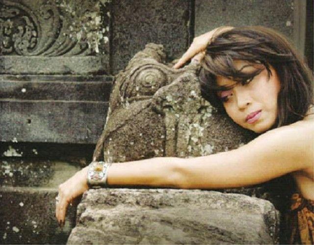 "Trie Utami Bali dan Sunda Jadi Satu Penyanyi Trie Utami mengungkapkan harapan dan keinginanya agar Bali dan Sunda jadi satu. Ungkapan itu disampaikan ketika ia memberi makalah dalam ""Seminar Nasional Budaya Sunda Wiwitan Program Pascasarjana IHDN Denpasar,"" baru-baru ini.  Dalam seminar yang dipandu oleh I Gusti Ngurah Artha dari perguruan spiritual Sandhimurti itu, Trie Utami mengatakan:  ""Saya menginginkan Sunda dan Bali mesikian [jadi satu]""  Iie yang pernah berkolaborasi dengan Dewa…"