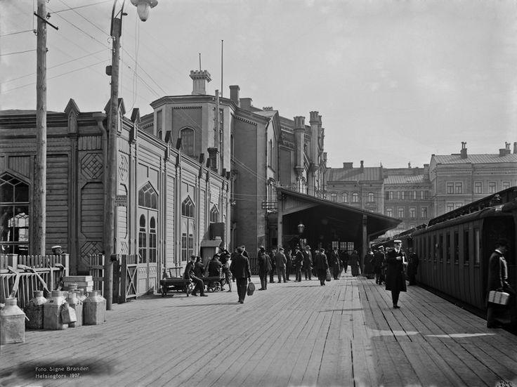 Helsingin vanha rautatieasema Brander Signe HKM 1907 Helsingin kaupunginmuseo Helsingin vanha rautatieasema. Asemalaituri -- negatiivi ja vedos, lasi, paperi, pahvi, mv