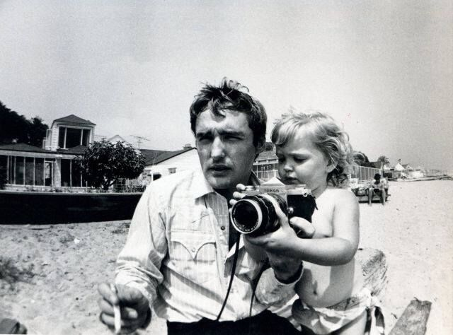 Dennis Hopper and daughter Marin at Malibu Beach. 1964. Picture by Robert Walker Jr L'image contient peut-être : 2 personnes