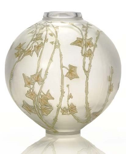 René Lalique (1860-1945). 'Grande Boule Lierre,' Un florero de vidrio esmerilado con verde y sepia pátina, el modelo introdujeron 1912, grabado al ácido R. LALIQUE FRANCIA.