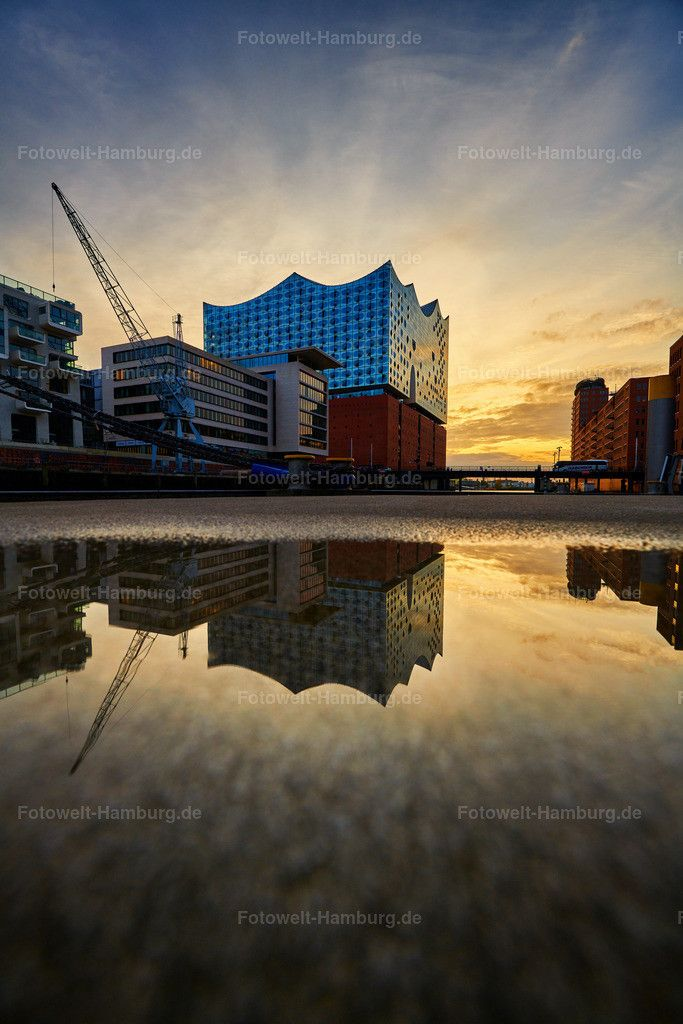 Sonnenuntergang Im Sandtorhafen In Der Hafencity In Hamburg Mit Blick Auf Die Elbphilharmonie In 2020 Hamburg Hafen City Hafen