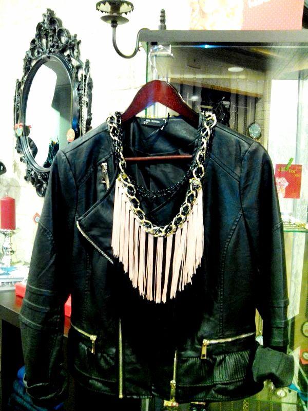 collar flecos negro y salmon con chaqueta cuero negra