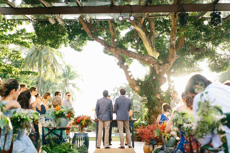 7 indicações incríveis de fotógrafos para casamento que a gente ama. Fotografia: Duo Borgatto. Casamento ao ar livre rústico e em um jardim. Noivos de paletó cinza e calça marrom em um casamento rústico embaixo de uma árvore.