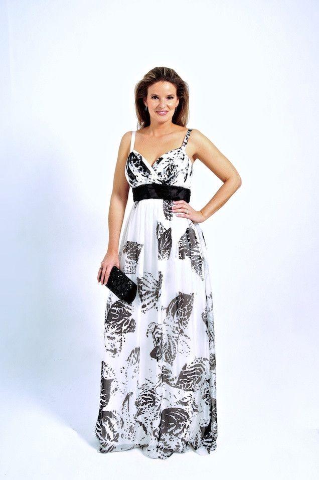 Vestido de fiesta outlet largo de Carla Ruiz, con escote corazón con tirantes. Cuerpo del vestido con estampado de motivos naturales y en blanco y negro