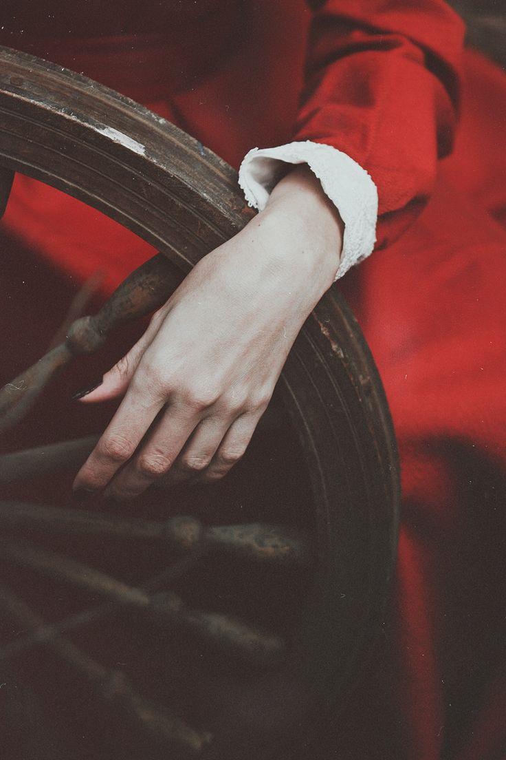 Багровый вечер бродил по кругу, вычерчивая царапины на колесе судьбы, что Осень держала в усталых руках. Белоснежные цветы обратились в застывшие бусины крови и затерялись в ее медных волосах. Тихо и...