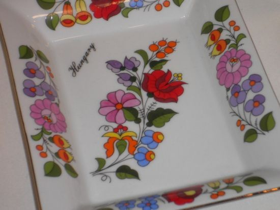 Gift-plate decorated with Kalocsai-style fol motifs.: