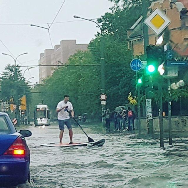 Mitten auf der Zeppelinstraße  #2017 #potsdam #meinpotsdam #gewitter #гроза #unwetter #непогода #гроза #тучи #дождь #regen #rain #wolken #straße #street #welovepotsdam #stadt #city #город #улица #germany #deutschland #германия #unterwasser #zeppelinstrasse #zeppelin #paddeln #paddelboot #sup #standuppaddle #wetter