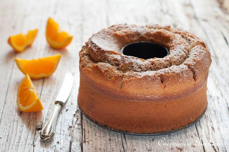 La Ciambella integrale con arancia senza uova e senza burro è una ricetta perfetta per i vegani ma anche per chi è intollerante alle uova .