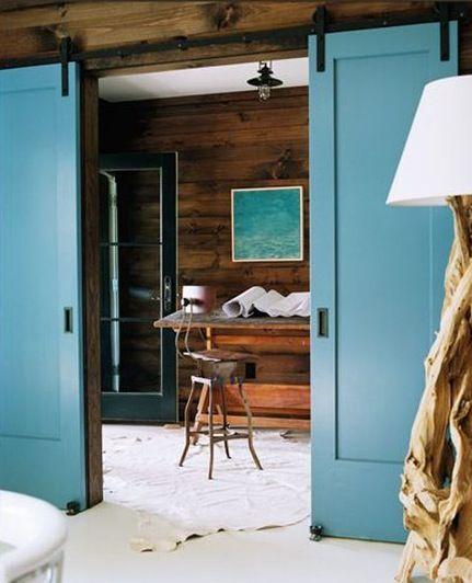 A utilização de portas de correr pode ser uma ótima solução para uma falta de espaço, especialmente quando o abrir e fechar das portas impede a circulação em sua casa, além disso portas de correr p...
