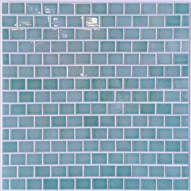 こちらも展示会に出展する新商品のパネル  以前インスタにアップしたバスケット貼りのグレーのタイルと同じ製品です  レンガ貼りはすっきりした印象ですね〜😌💡  .  #タイル #タイル屋 #レンガ貼り #インテリア #tiles #tile #interiors #green #sugy #🍀