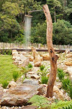 Baumzweig Gartendusche selber bauen Gartenweg Steine Rasenfläche