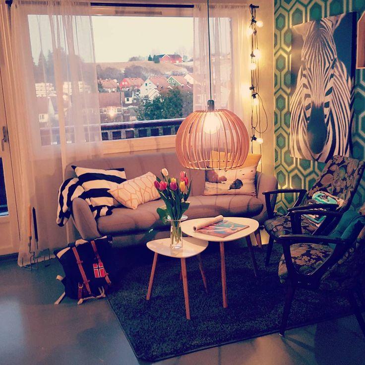 ☕Koser meg💛 hjemme i stua mi🏡 og drømmer om fjellet🗻  #inne #hjemme #hjemmekos #vinter #denkaldefinetida #interiør #interior #wallpaper #coleandson #boligstyling #hjem #tapet #rom123 #stue #home #livingroom #norwegianhome #scandinavianhome #jysk #kremmerhuset #retrointeriør #fretex #fargerikehjem #fargerikereinaas #mystyle #pictureoftheday