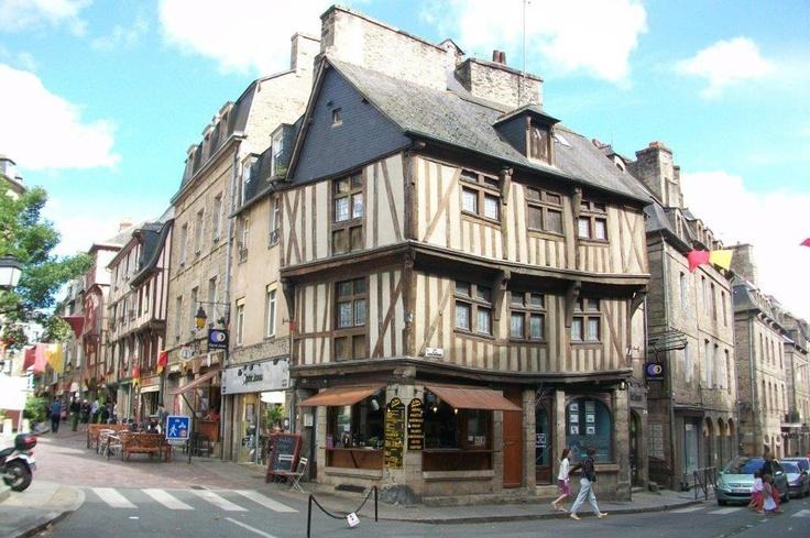 Dinan'ın yakınlarında olan küçük kasaba Dol-de-Bretagne'yı de gezmenizi öneririz... Daha fazla bilgi ve fotoğraf için; http://www.geziyorum.net/dinan/