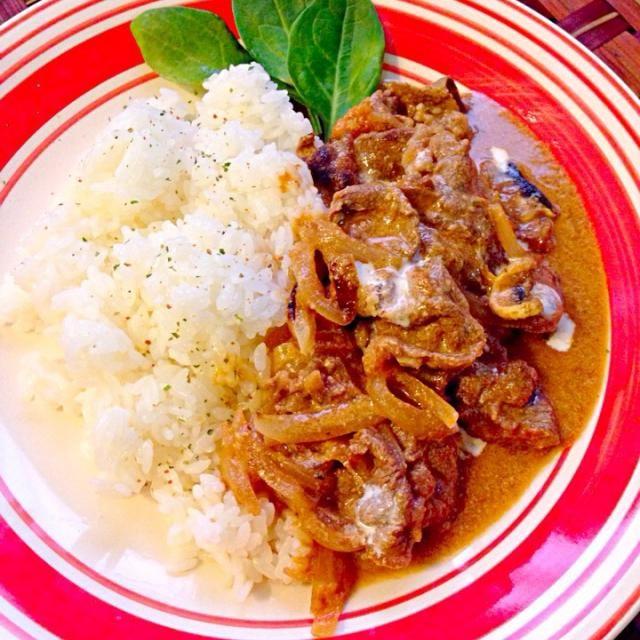 ロシア語ではбефстроганов(ベフストロガノフ)「ベフ」は英語の「ビーフ」ではなく、ロシア語で「~流」であり、「ストロガノフ流」の意味であるとの説もあるが、これを俗説とし、「ビーフ」はフランス語のブフ(Bœuf・牛肉)に由来する、と主張する考察も存在する。ただし、本場ロシアでも鶏肉や豚肉を使用したアレンジ家庭料理もある。 でも結局ビーフ使ってるんだよね - 64件のもぐもぐ - Beef stroganoff✨ビーフストロガノフ by Ami