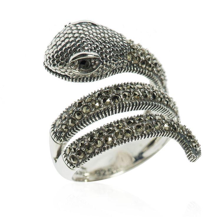 Marc, anello serpente in argento 925 che nella parte superiore sembra formare tre spire.