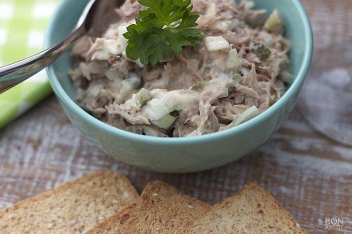 Tonijn is niet vet en gezond. Je kunt tonijn gebruiken op een pizza, in de sla of maak een heerlijke tonijnsalade. Kijk op Bonapetit voor het recept.