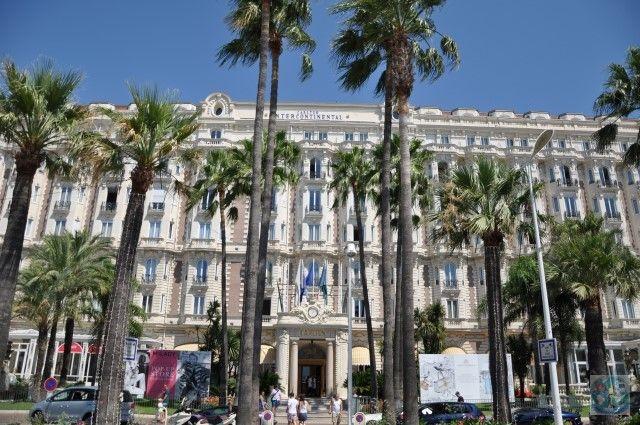 Mica stațiune Cannes de pe însorita Coastă D'Azur în Sudul Franței, are multe lucruri de care să vă bucurați. Ca arhitectură, avem aici superba fațadă a hotelului Intercontinental