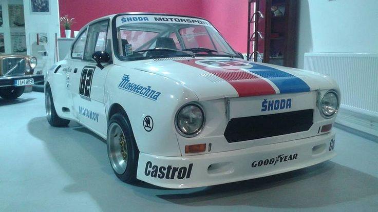 Škoda 130 RS. Tuto úspěšnou ikonu českého motorsportu musí milovat snad každý fanoušek škodovky. Vítězství na okruzích a v rally udělaly ze závodního modelu 130 RS jedno z nejcennějších vozidel z Mladé Boleslavi.