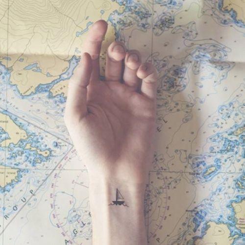 Si no quieres que tu tatuaje genere murmullos y comentarios a tu paso, hazte algo pequeño y delicado. Te damos algunas interesantes ideas. - Texto: Bárbara Asnaghi @Barbaraine También te puede interesar: Conmovedor: 10 tatuajes que expresan la pérdida de un embarazo Tatuajes completamente negros, la nueva tendencia Piel con efectos especiales: 12 diseños de tatuajes 3D que te inspirarán