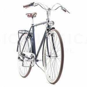 CAPRI BERLIN QUADRO FECHADO 6v BROOKS SPACE BLUE  ACapri Berlin é uma bicicleta montada em Itália. Resistente e com um estilo clássico,é umaopção muito interessante para o ambiente urbano. Esta versão vem equipada com um selim em pele Brooks B17 e peças de qualidade superior. // Capri Berlin is assembled in Italy. With a …