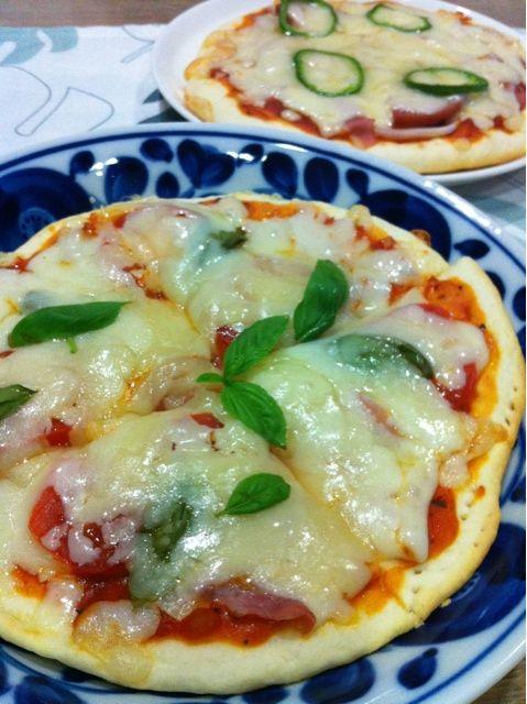 時間ないので〜発酵ナシのナンをフライパンで焼いて ふんわり生地でピザ(^_^)vおいしー 全部で4枚焼きました〜〜 - 62件のもぐもぐ - 手作りナンピザ〜ミックスと生ハム入りマルゲリータ風 by ma0327